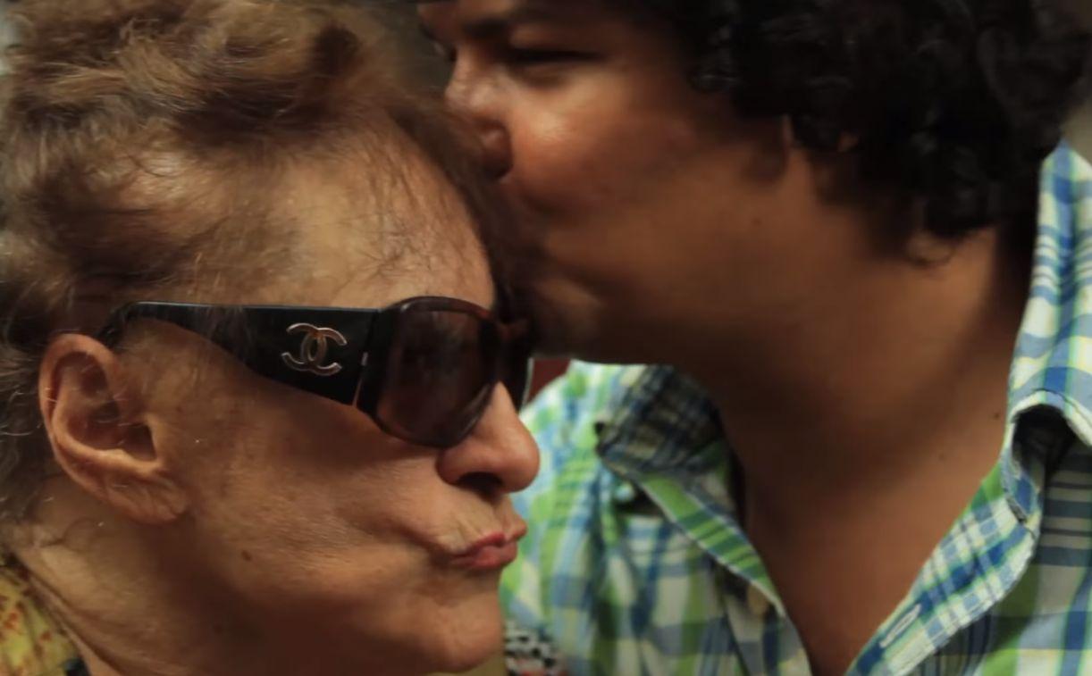 Tereza ao lado de Bruno Albertim em episódio do programa apresentado pelo jornalista