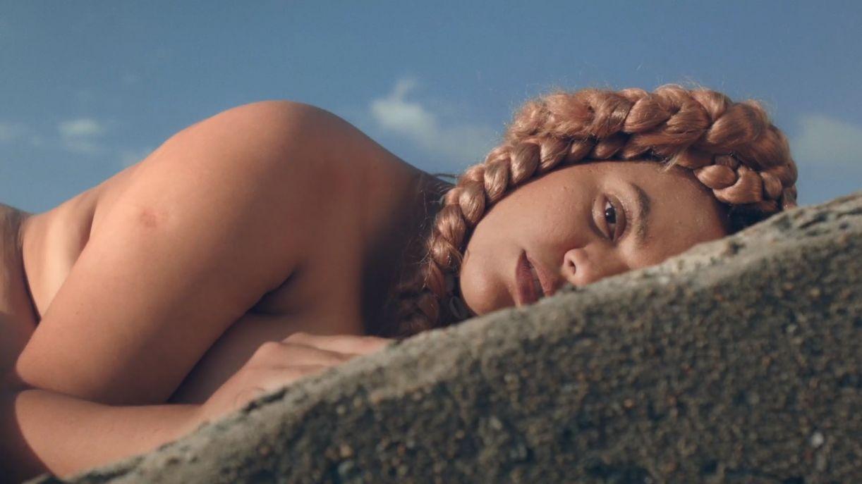 O clipe lançado em agosto faz parte do seu álbum de estreia solo, 'Esquartejada' (2019)