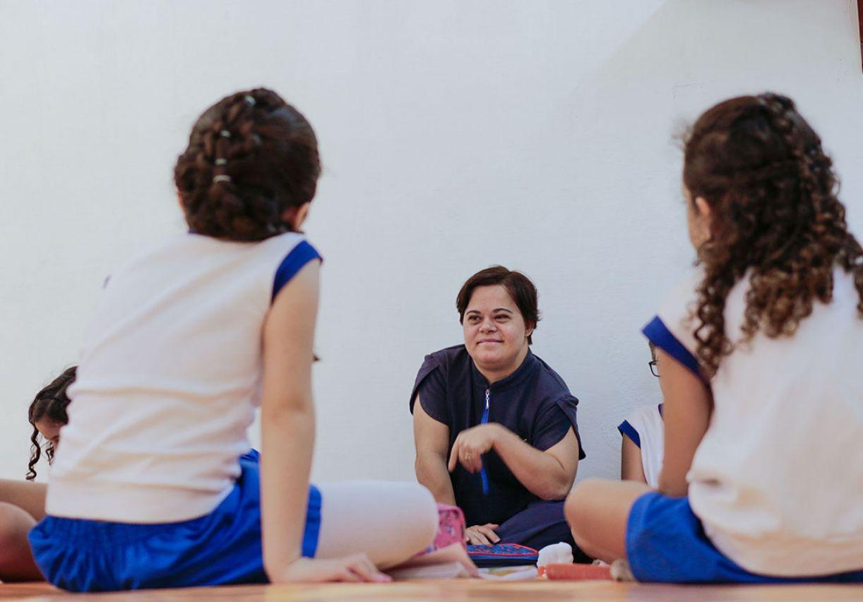 Débora Seabra com seus alunos