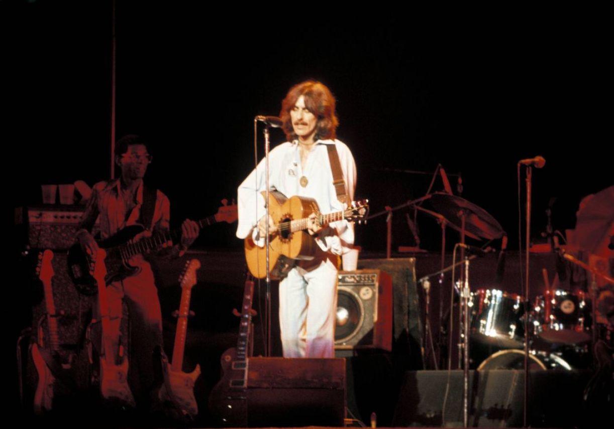 George Harrison na turnê de seu terceiro álbum solo, Dark Horse, que teve uma recepção negativa