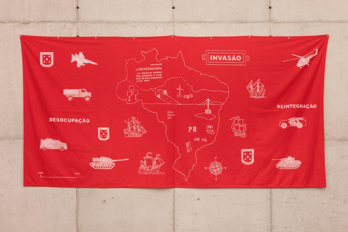 'Invasão', lápis dermatográfico sobre algodão vermelho, 160 x 310 cm, 2007