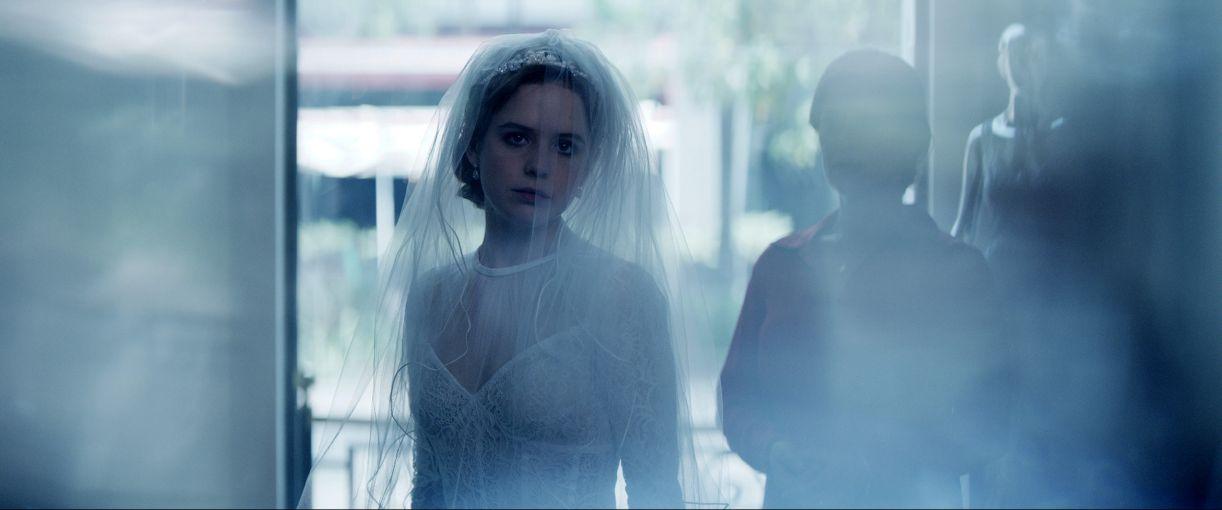 No filme de abertura, uma família abastada festeja as bodas de sua caçula Marian (Naian González Norvind)