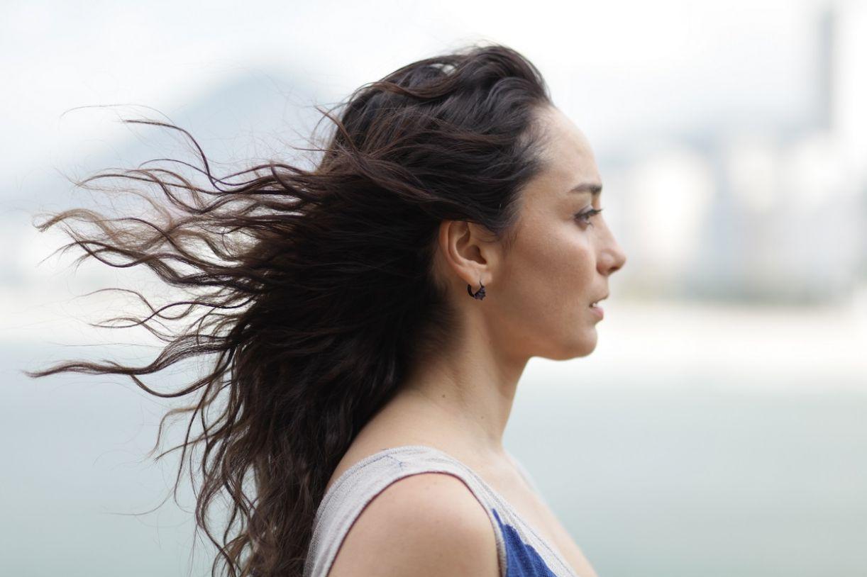 No filme, os planos de Lóri de perfil expressam dificuldade de acessar o mundo da personagem