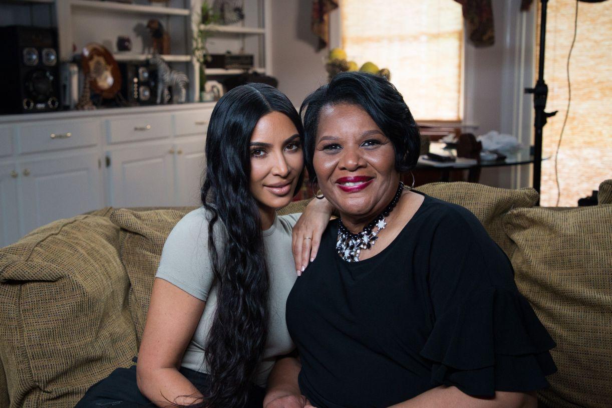 Kim Kardashian e Alice Johnson, que conseguiu sair da prisão perpétua após clemência intermediada pela celebridade