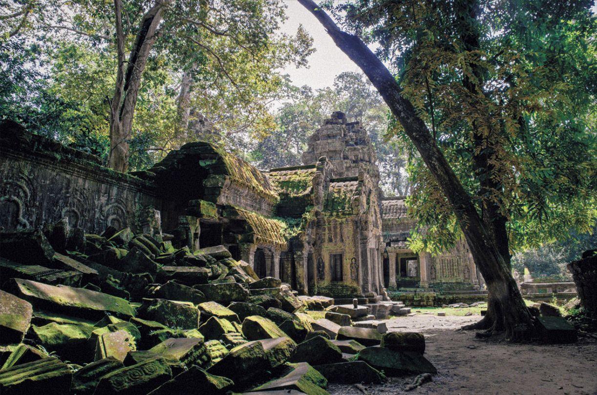 """Templo de Prasat ta Prohm foi construído no meio de densa floresta e é """"engolido"""" pela vegetação"""