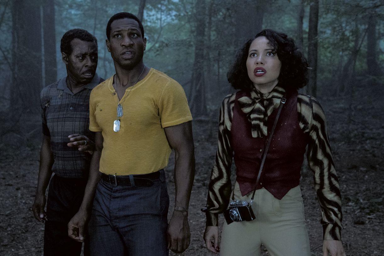Os atores Courtney B.Vance, Jonathan Majors e Jurnee Smollett na série