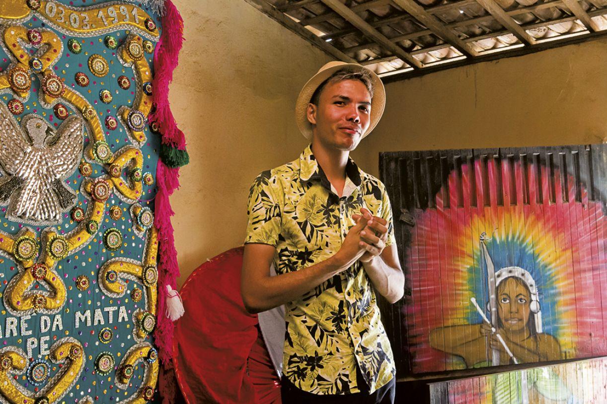 Anderson Miguel na sede do Maracatu Águia Misteriosa, em Nazaré da Mata, em 2019