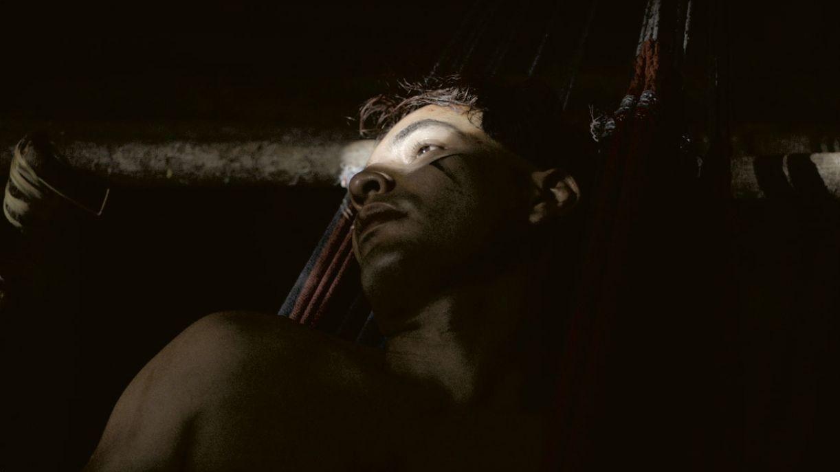 Em 'Luz nos trópicos', o personagem vivido por Begê Muniz, um indígena kuikuro nascido no exterior, resolve retornar à terra de seus ancestrais