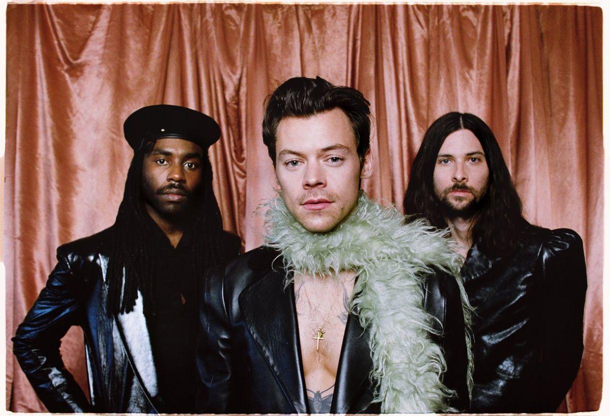 O cantor, no centro da foto, acompanhado dos músicos Dev Hynes (esq.) e Mitch Rowland (dir.)