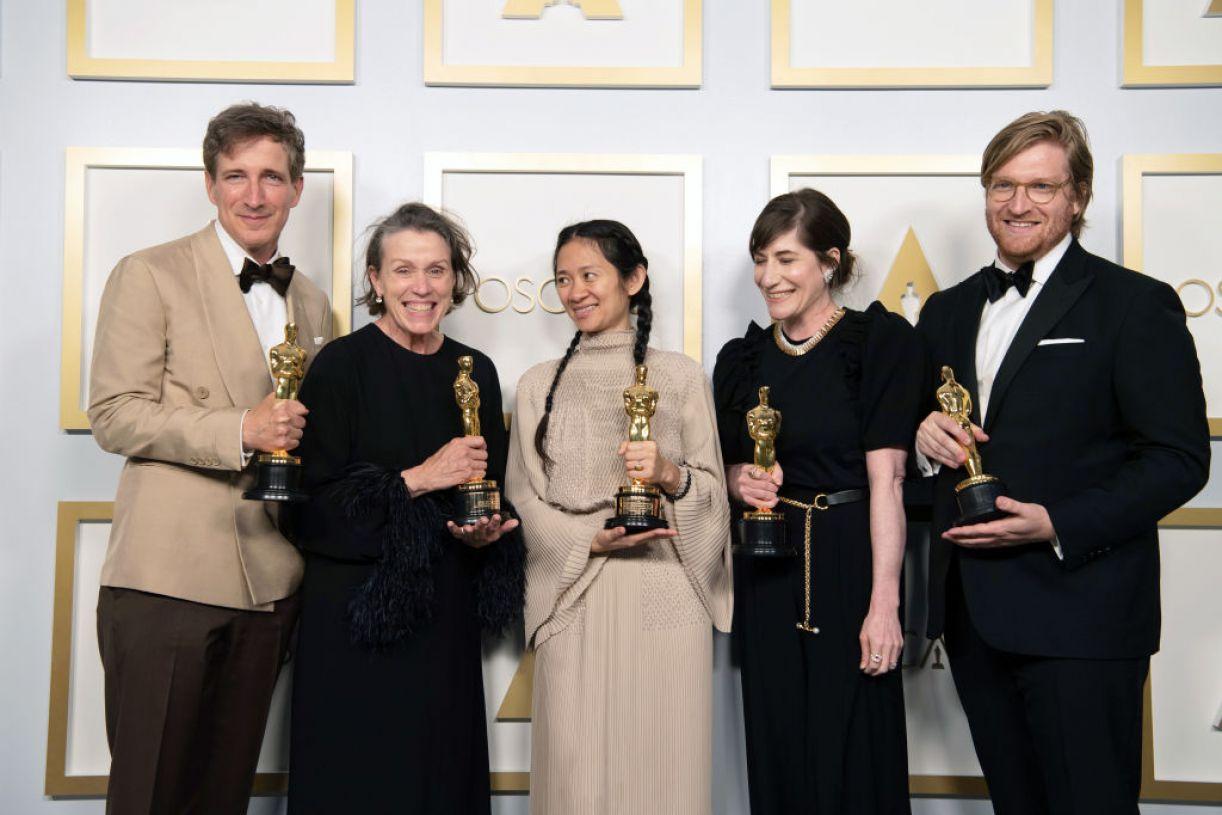 Chloé Zao no centro da foto, diretora do premiadíssimo 'Nomadland', com parte da equipe do filme