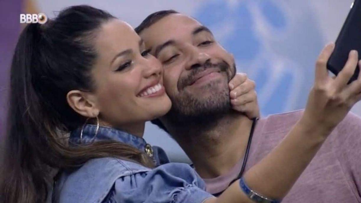Juliette Freire e Gil do Vigor tiram selfie no BBB21