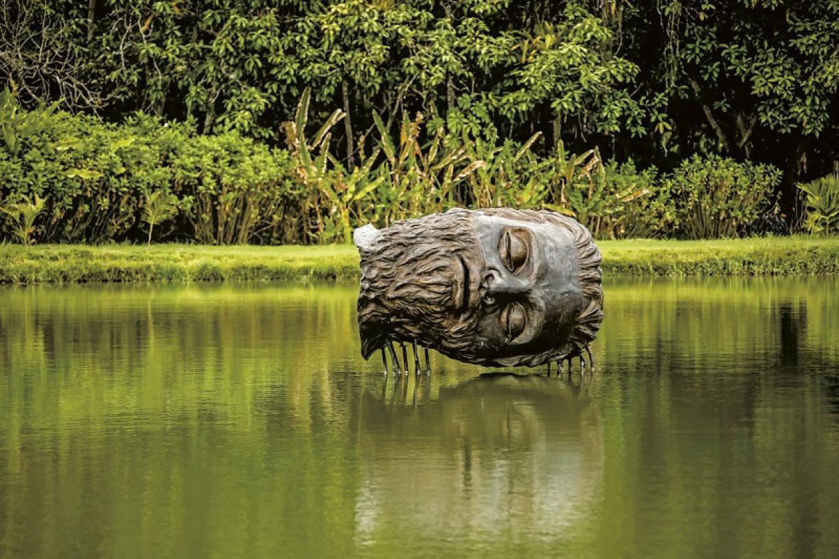 Escultura 'Tinha que acontecer', instalada na Usina de Arte, Água Preta, Pernambuco
