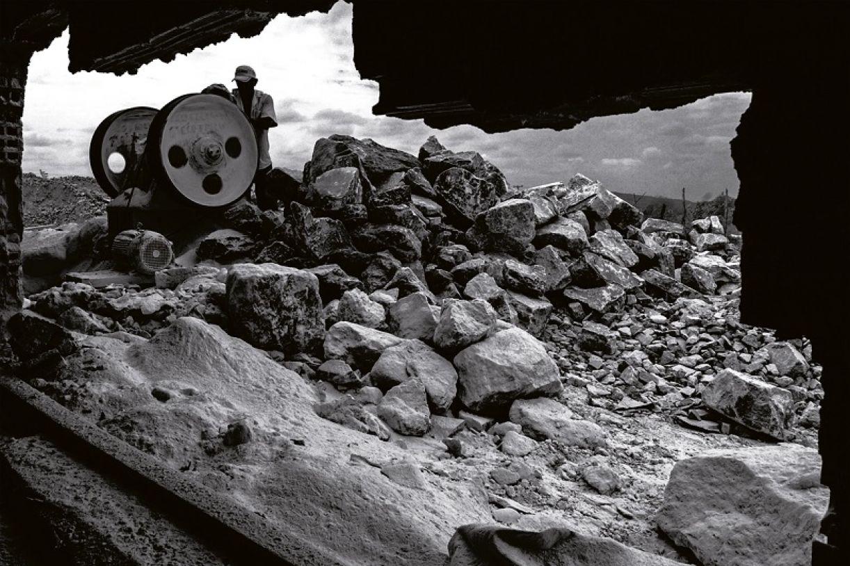 O fotógrafo capturou a rotina dos trabalhadores da indústria do gesso, em Araripina