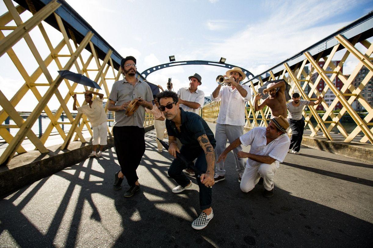 A banda Eddie com o grupo Guerreiros do Passo no Recife, em 2020