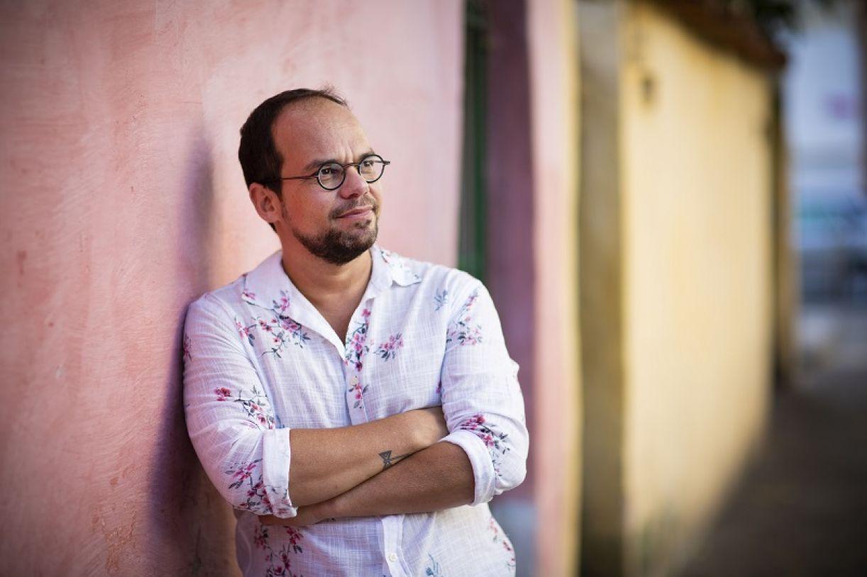 Escritor carioca lança seu oitavo livro e estreia na editora Malê
