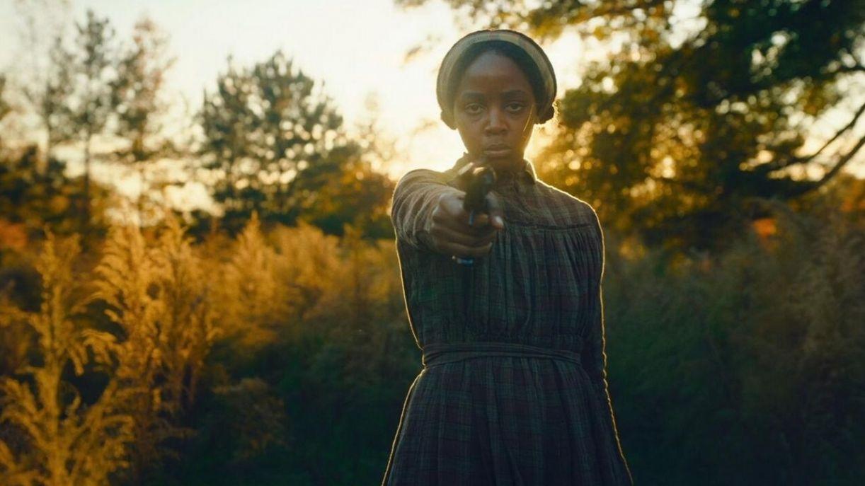 Na minissérie, o cineasta tem uma mulher como protagonista. Seu nome é Cora (Thuso Mbedu)