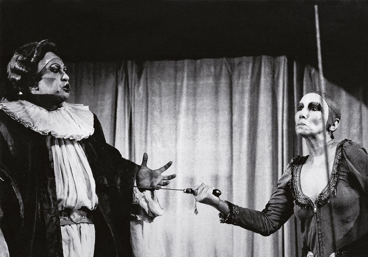 Atriz em cena no espetáculo 'Torre de Babel' (1977)