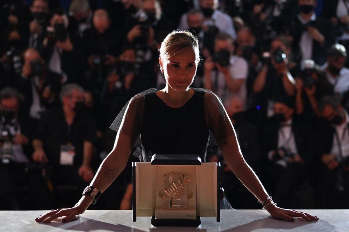 A diretora Julia Ducournau no momento em que recebeu a Palma de Ouro por 'Titane'