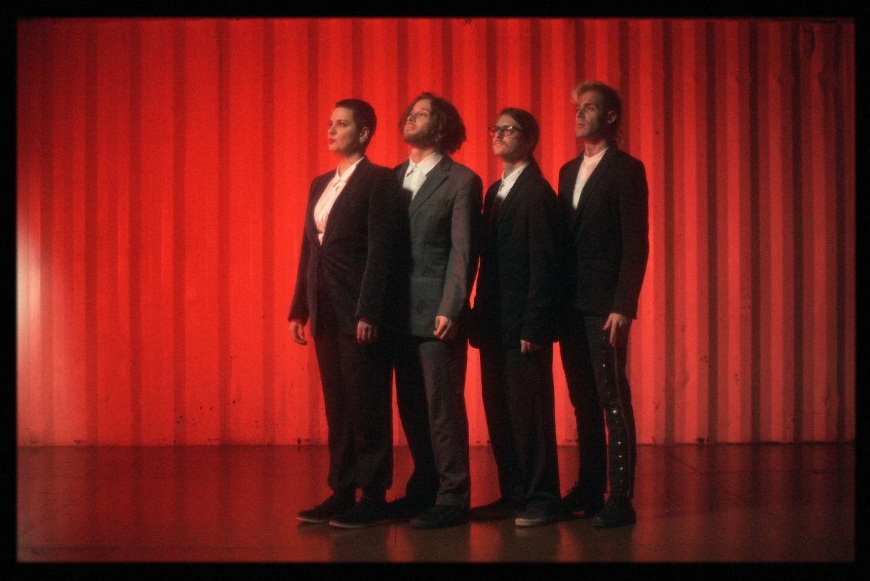 A banda para a nova versão da música 'Roda viva'