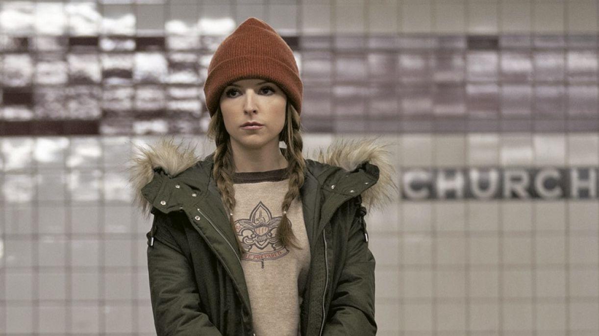 Anna Kendrick vive a personagem Darby na comédia romântica