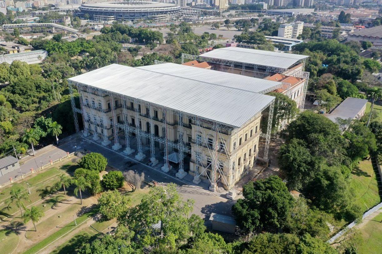 Em meio à Quinta da Boa Vista, no Rio de Janeiro, o Museu Nacional está sendo reerguido