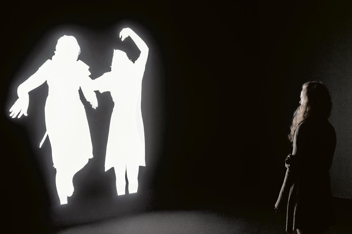 Sombras (2014), instalação multimídia, lâmpada, LED, tela, seis caixas de luz, projetor