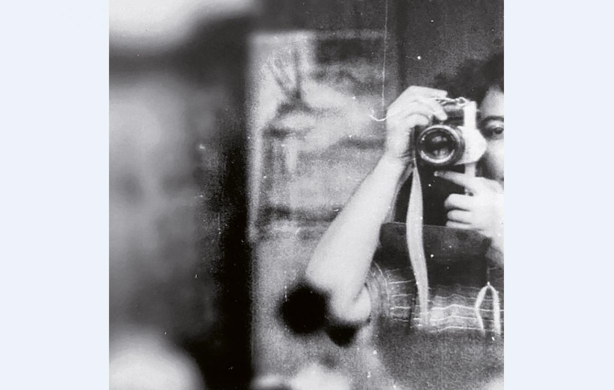 Autorretrato de Claudia Cavalcanti nos anos 1980, na RDA, com sua câmera analógica