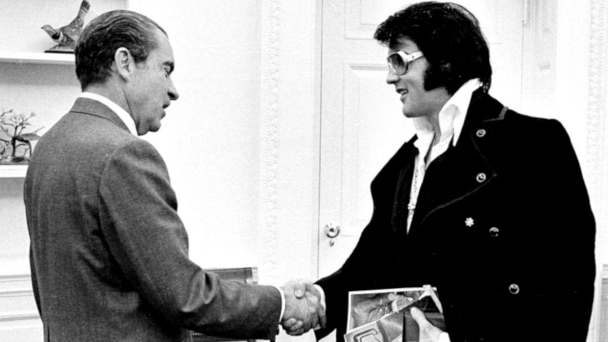 Elvis Presley em encontro com Richard Nixon na Casa Branca, em 1971