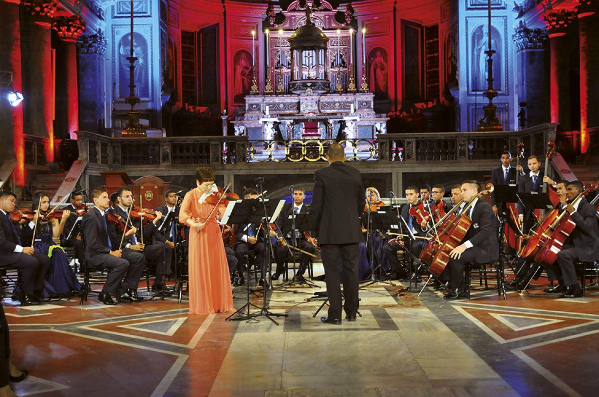 Violinista japonesa Yoko Kubo foi solista de apresentação com músicos da OCC sob regência de Nilson Galvão Jr. em Roma
