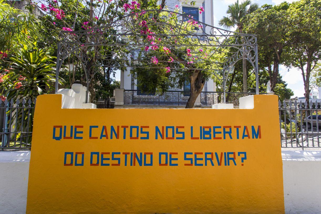 Obra de Ana Lira no muro da Fundaj, em Casa Forte, como parte da exposição 'Bandeiras da revolução'