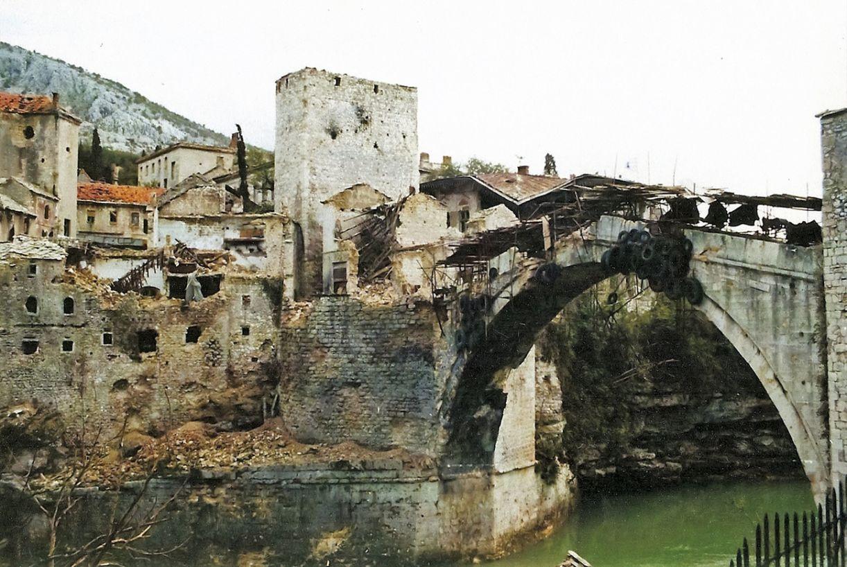 A chamada Ponte Velha, uma construção de pedra do século XVI,  foi arrasada durante o conflito