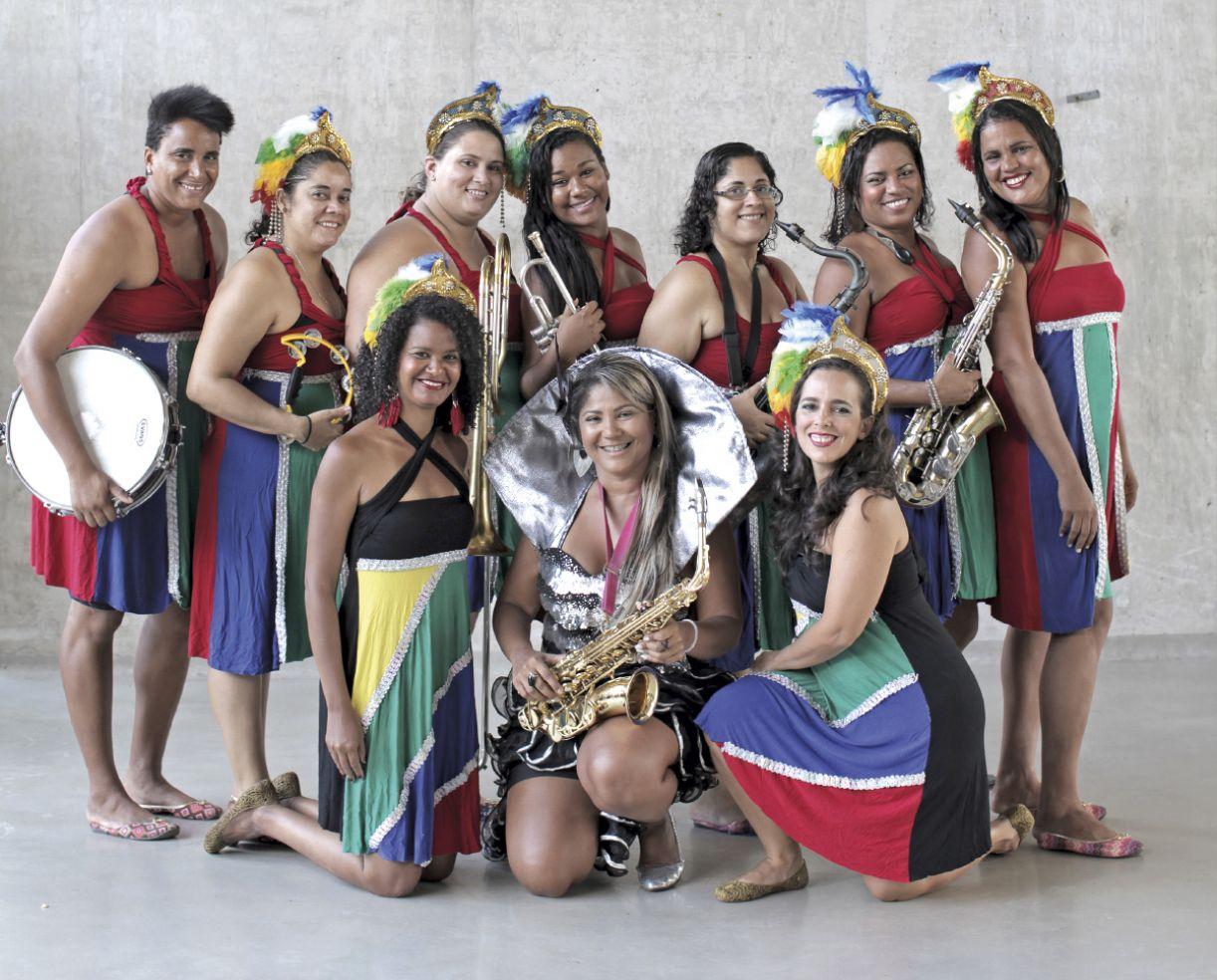 Lourdinha Nóbrega (no centro) é saxofonista e comanda a Orquestra Só Mulheres