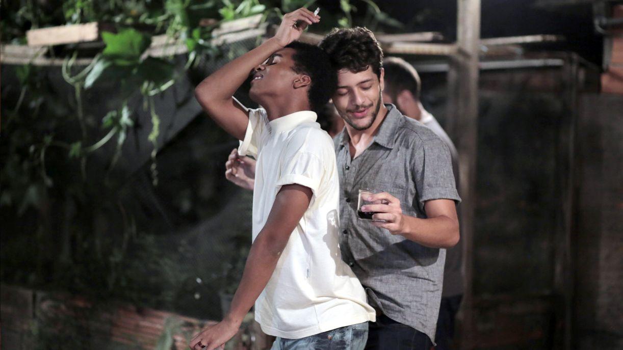 O ator Kelner Macêdo (dir.) vive Elias, um personagem em busca do amor