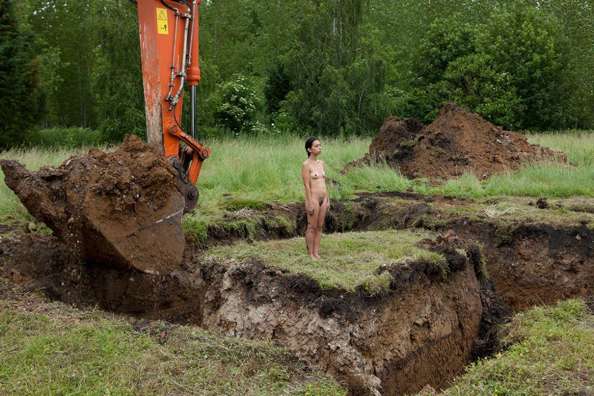 A guatemalteca Regina José Galindo, única estrangeira na exposição, apresenta o vídeo 'Terra' (2003)
