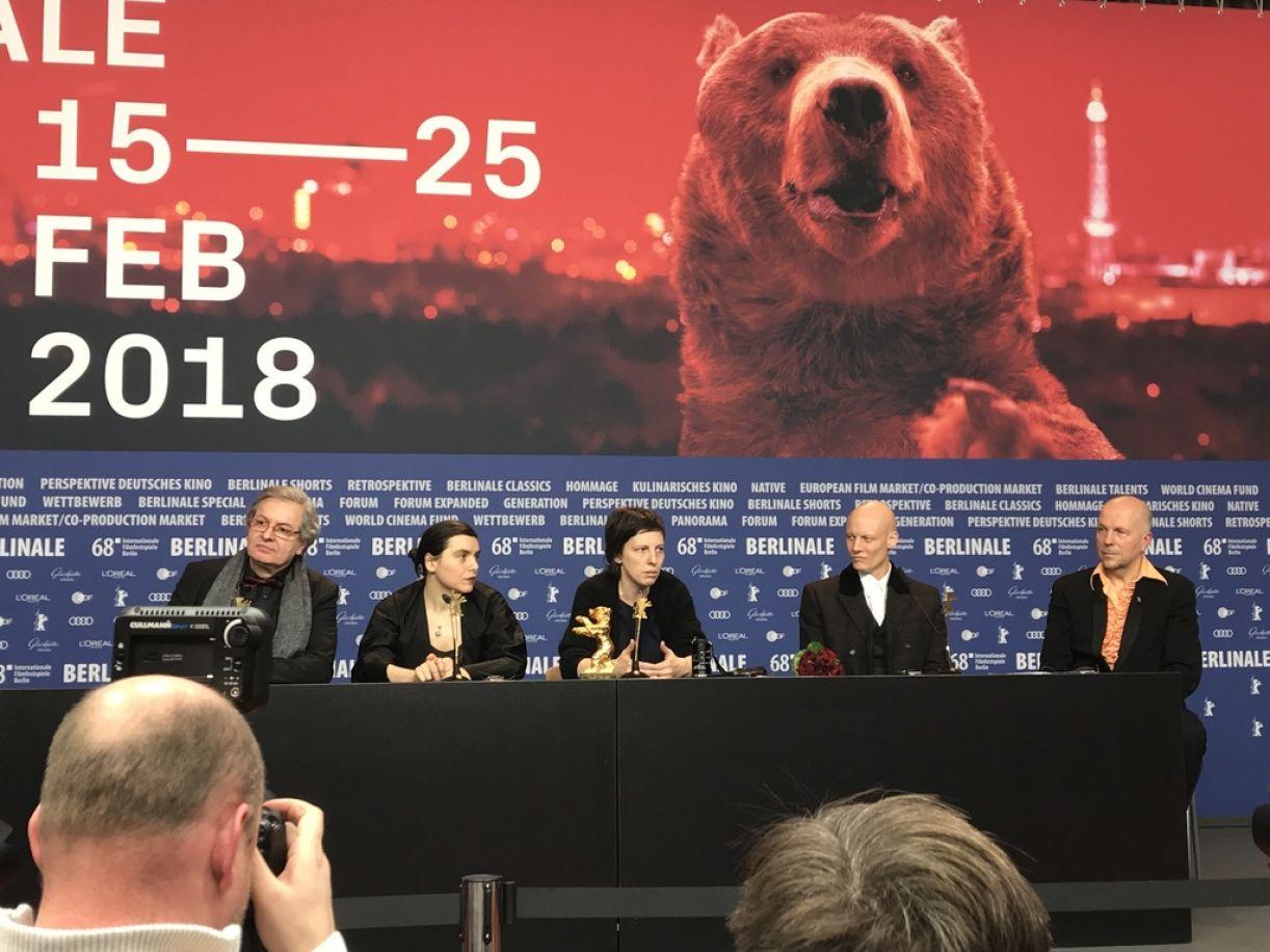 Equipe do filme 'Touch me not', ganhadora do Urso de Ouro na Berlinale 2018