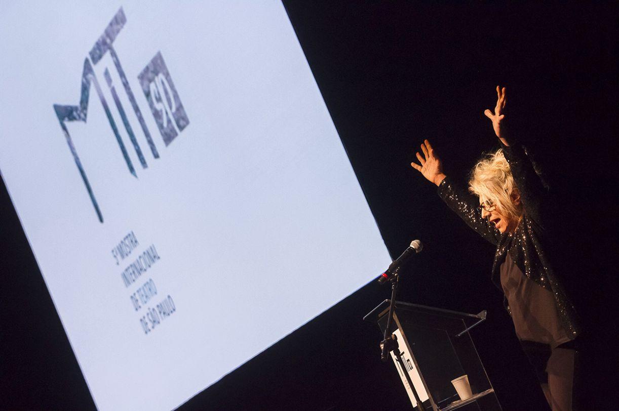 Com jeito peculiar de ser, a escritora e atriz Denise Stoklos foi a mestre de cerimônias da abertura da MITsp 2018