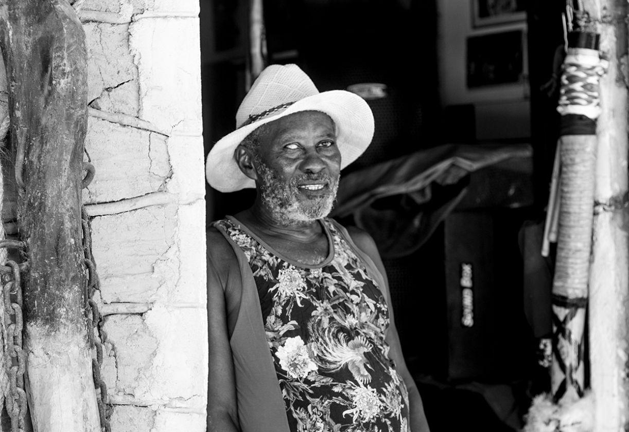 O mestre Zé Negão na entrada do seu espaço cultural, em Camaragibe/PE