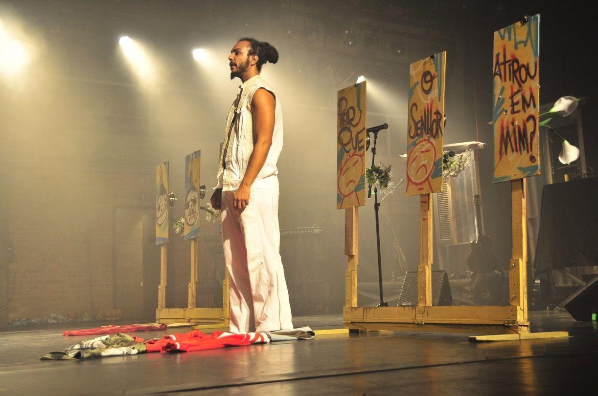 Imagem da peça 'Farinha com açúcar ou sobre a sustança de meninos e homens', do Coletivo Negro (SP)