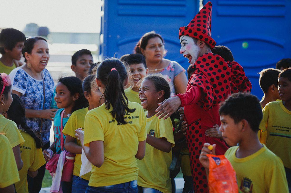 Público de Corumbá ao redor de palhaço do Circo Medellín, da Colômbia