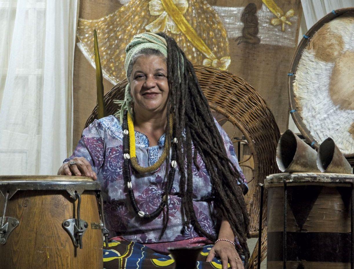 Mãe Beth de Oxum, no terreiro que lidera, em Guadalupe, Olinda