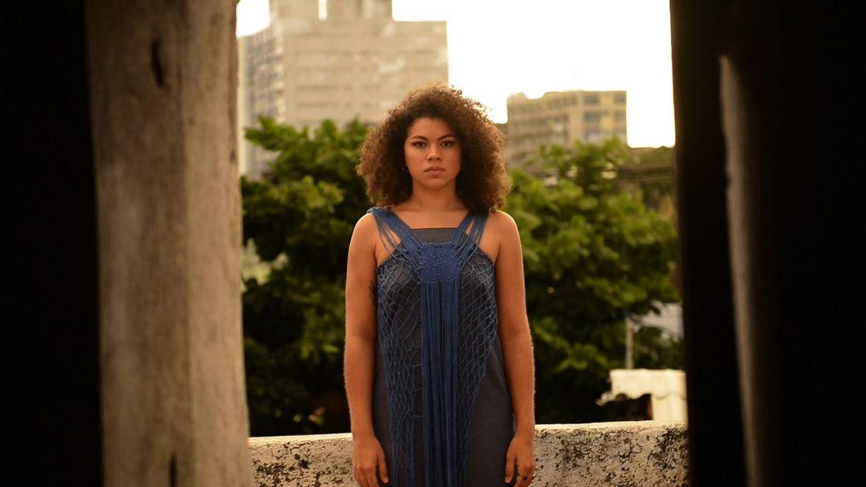 A cantora pernambucana Isadora Melo para o videoclipe da canção 'Partilha'