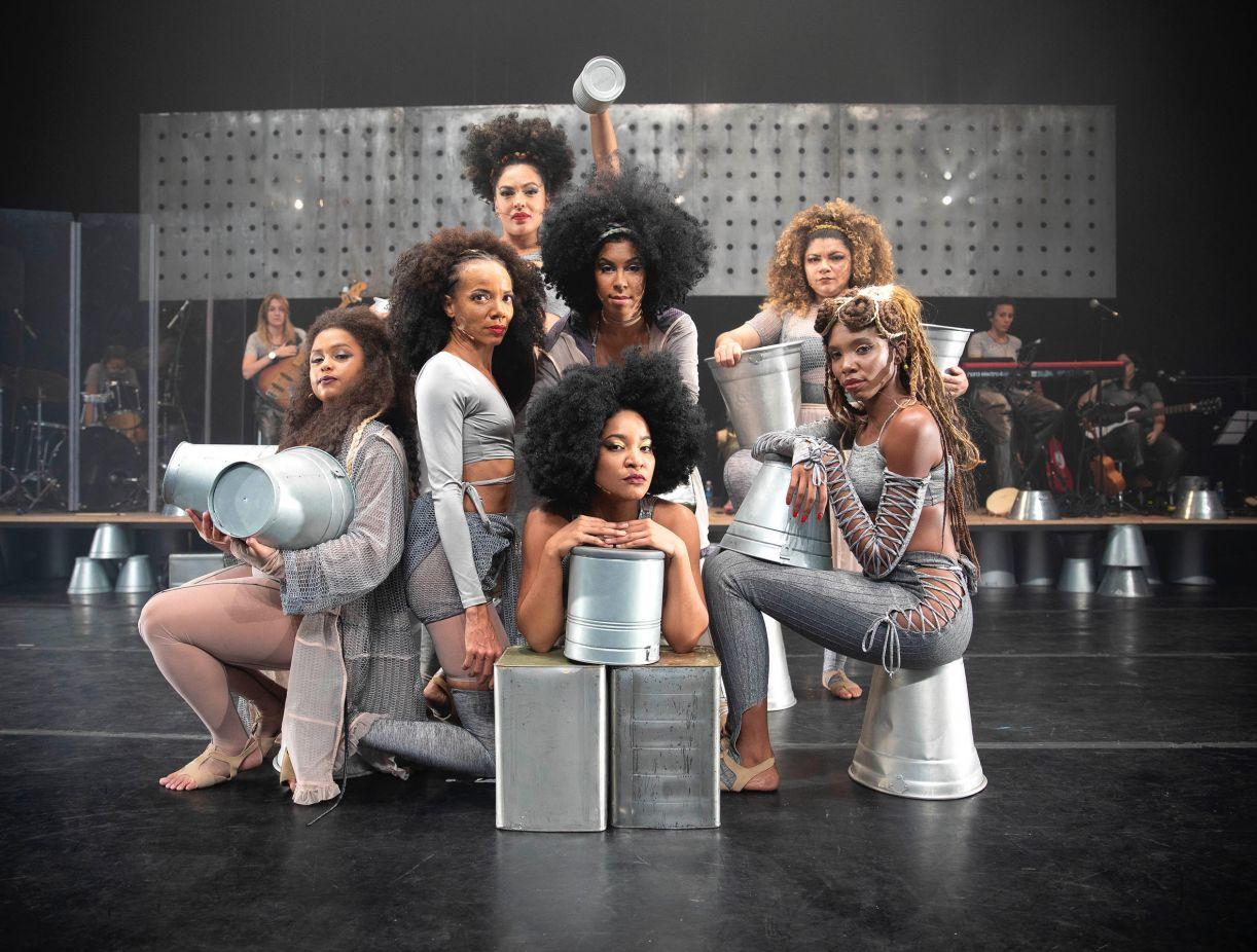 Em cena, as atrizes atuam em cima de baldes de lata e, juntas, lembram a composição de uma pintura