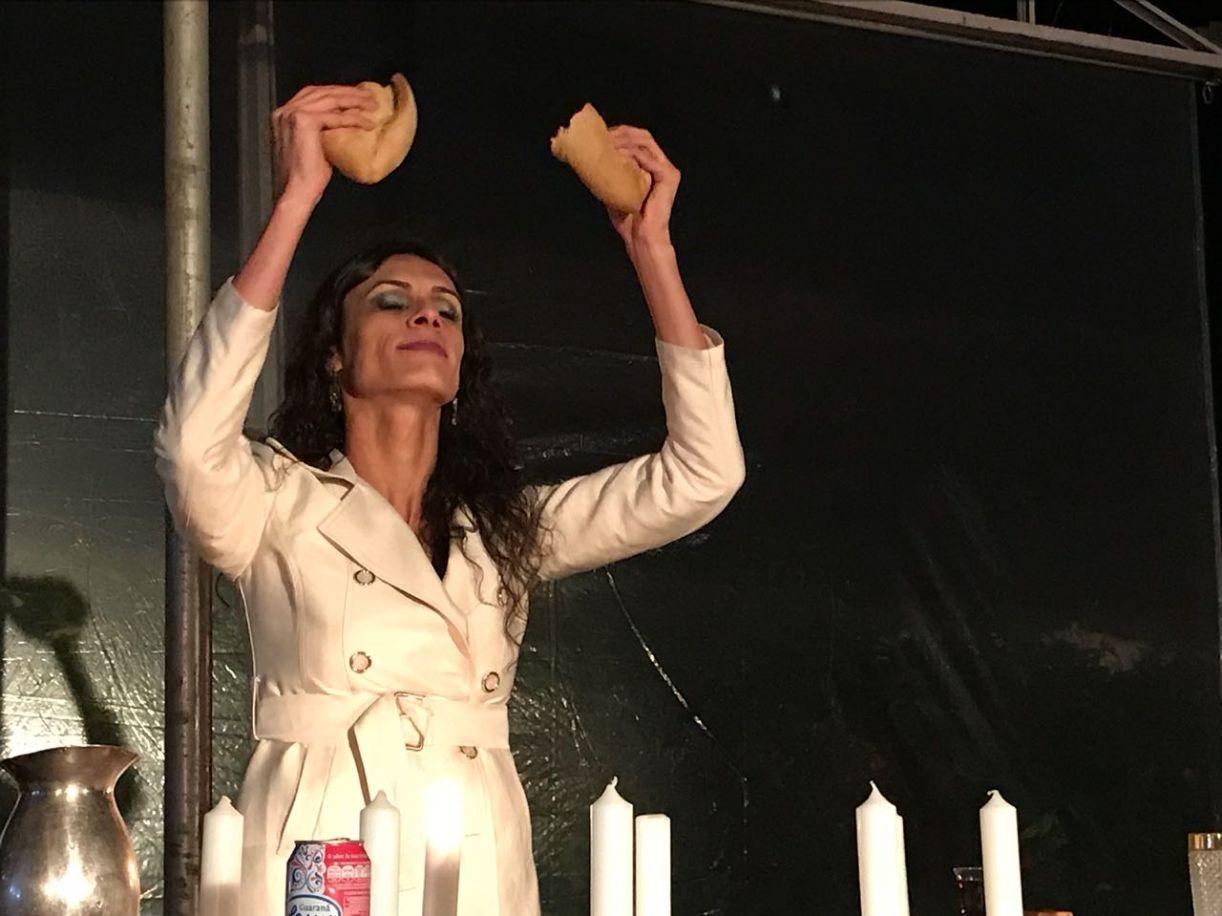 A atriz veio de São Paulo e resistiu fazendo o espetáculo de forma precária, sob grande tensão
