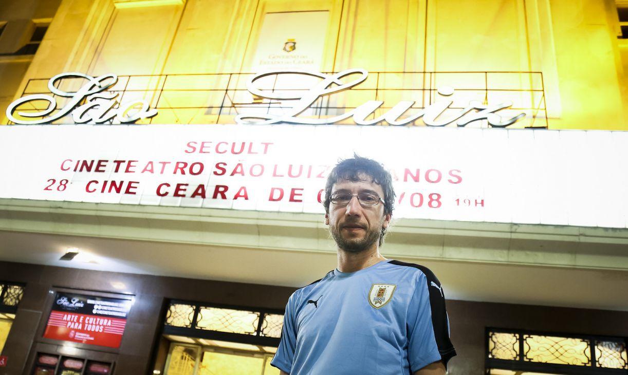 O diretor Felipe Nepomuceno em frente ao Cine São Luiz de Fortaleza