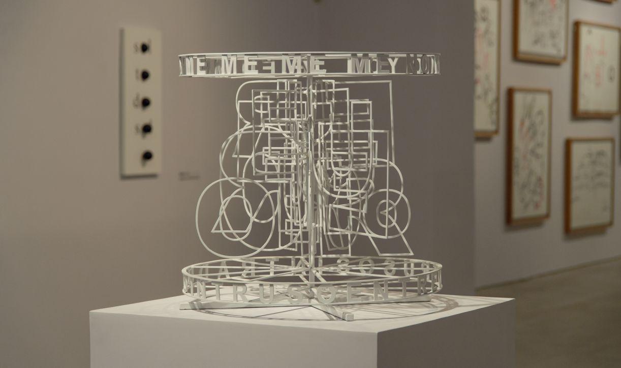 As obras da exposição foram realizadas em suportes variados, como metal, papel e em animação