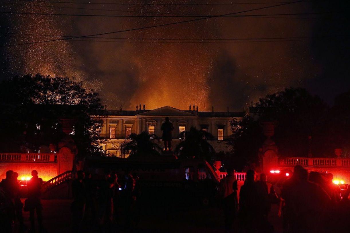 Edifício do Museu Nacional em chamas na noite de domingo (2/9)