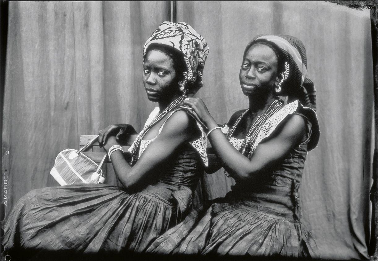 Nos retratos feitos por Keïta, todos os elementos de cena ganham significado