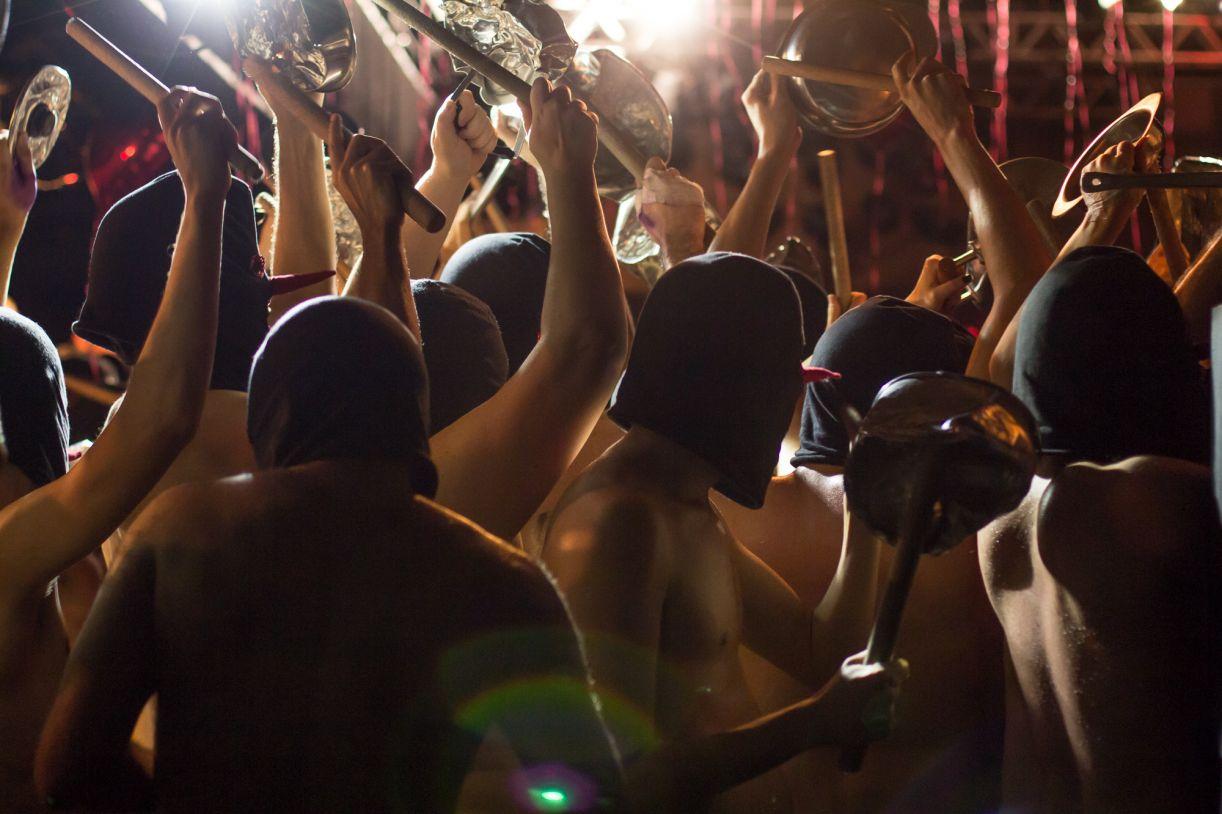 Festa e protesto se misturam na performance 'Batucada'