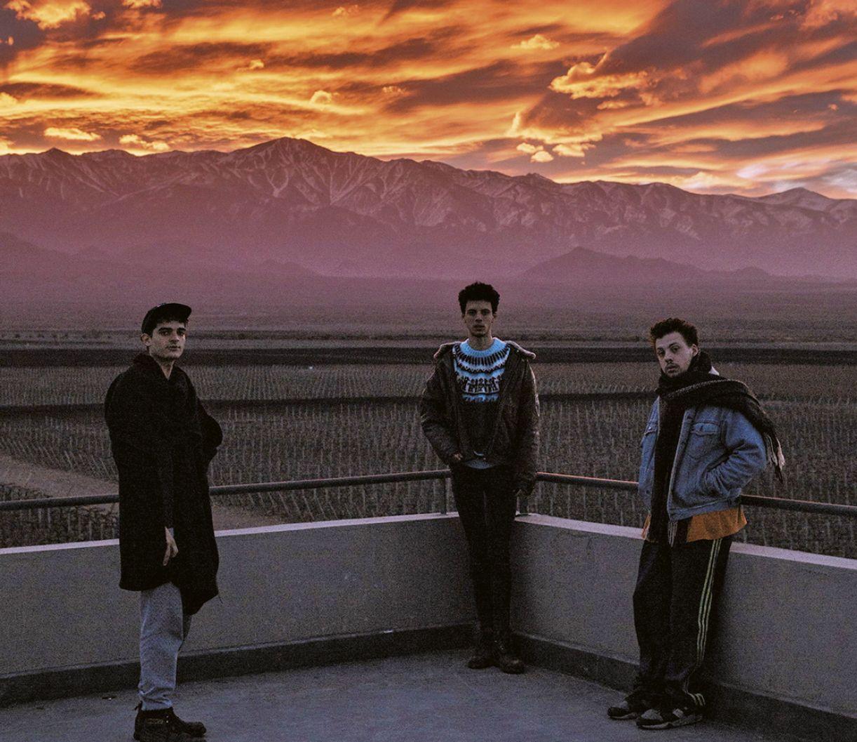 O trio Usted Señalemelo figura na cena musical independente de Mendoza, na Argentina