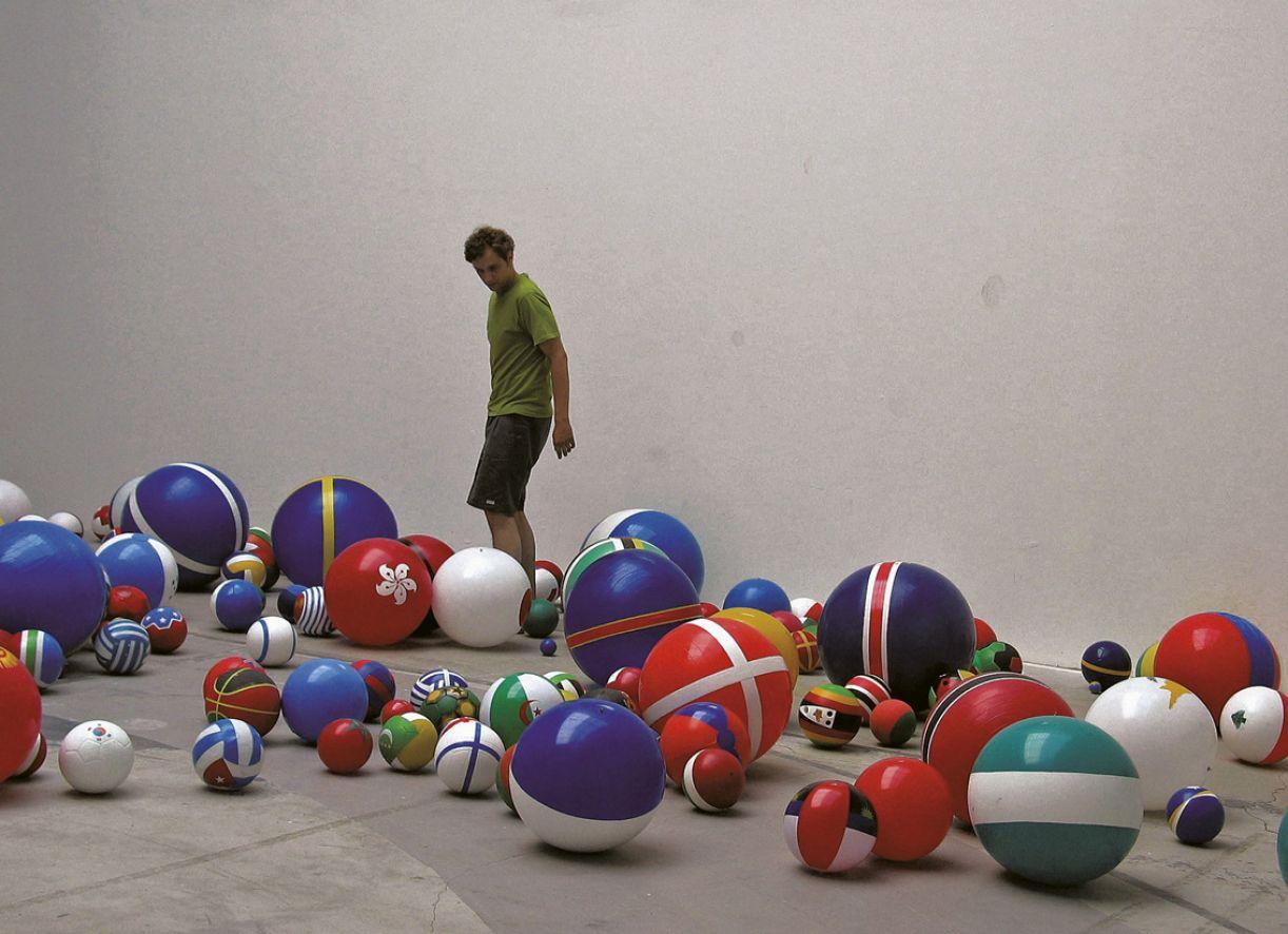 'Globos' (2003), da artista plástica Rivane Neuenschwander